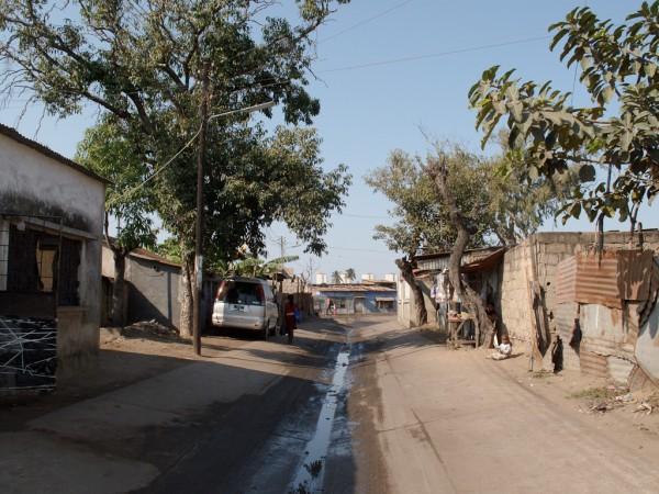 Mafalala - Toyota à l'ombre dans Rua Eusébio da Silva